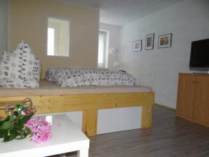 ein gemütlich eingerichtetes Ferienzimmer